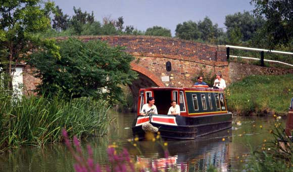 Take a UK Canal Holiday along the scenic waterways